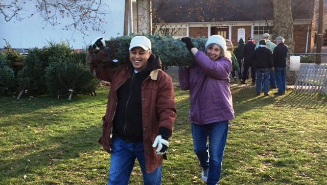 UnionCounty Master Gardener Interns JoeMainiero (of Summit) and Sue Hurley (also of Summit) had no problem with heavylifting on December 4, when 26 Union County Master Gardeners helped unload ashipment of 425 Fraser Fir trees for the Westfield Area Y's Men's Club.