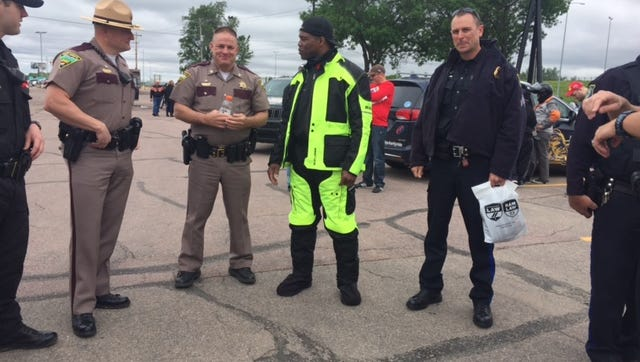 Herschel Walker discusses football with Sioux Falls Police & Highway Patrolman.