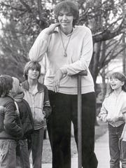 Sandy Allen with a crowd of admirers Jan. 7, 1983.