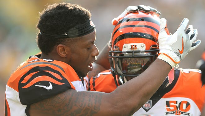 Cincinnati Bengals running back Joe Mixon, left, congratulates cornerback William Jackson after an interception return for a touchdown.