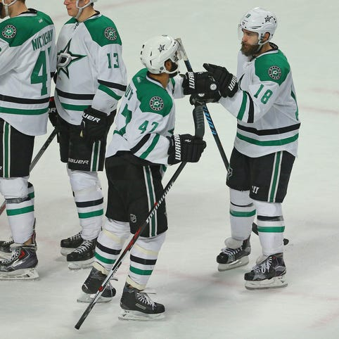 Dallas Stars right wing Patrick Eaves (18) is congratulated