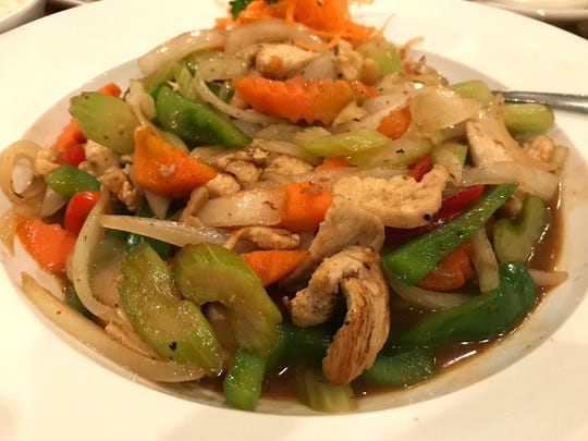 Spice Thai & Sushi's Cashew Nut Sauce Chicken is served at a medium-hot spicy level. The dish was served with perfectly cooked onions, carrots, peppers and crunchy salty cashews in a light sauce.