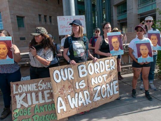 Activistas protestan tras conocer la decisión de la