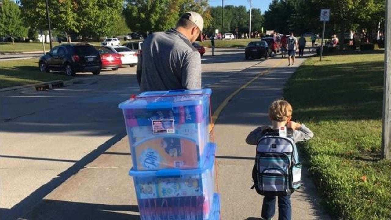 A family whose child passed away donates school supplies to a kindergarten class