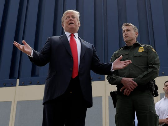 El presidente Donald Trump habla frente a uno de los prototipos del muro fronterizo, durante su visita a la frontera sur de California.