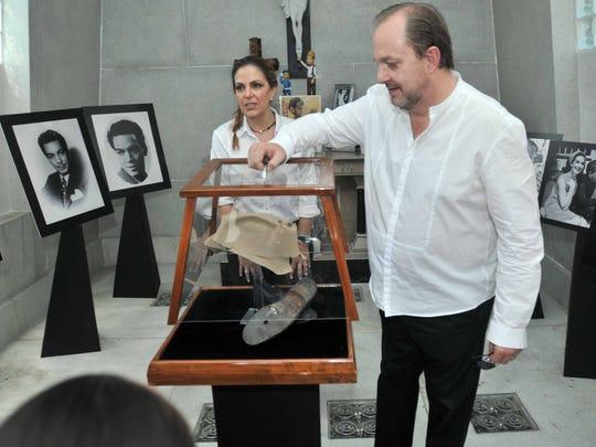"""Los nietos reclaman también la memorabilia de """"Cantinflas"""", hoy en manos de """"Tita"""", la viuda de su padre."""