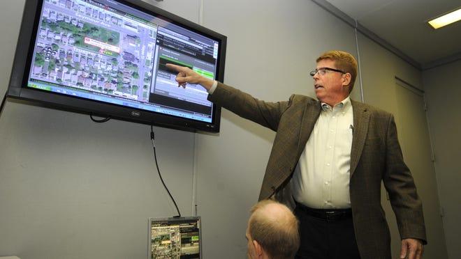 Atas: Gregg Rowland, wakil presiden senior ShotSpotter, mendemonstrasikan sistem lokasi penembakan pada tahun 2011 di stasiun Detroit Police Eastern District.