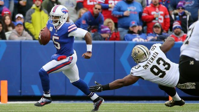 Bills quarterback Tyrod Taylor escapes the pass rush from Saints David Onyemata (93).