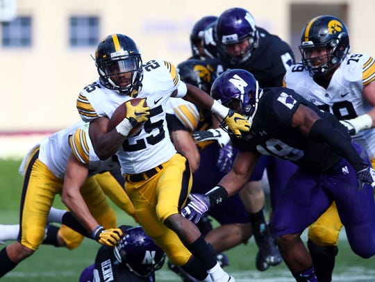 Iowa Hawkeyes running back Akrum Wadley (25) runs against