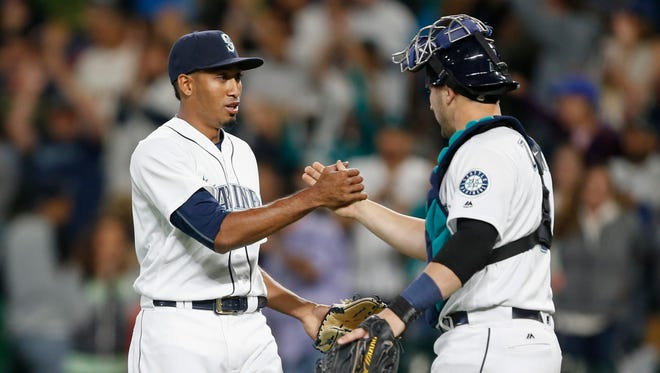 Mariners closer Edwin Diaz (left) shakes hands with catcher Mike Zunino after getting a save last season against the New York Yankees.