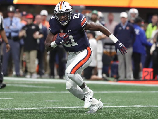 Auburn Tigers running back Kerryon Johnson (21) carries