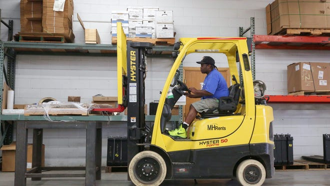 Mcarther Gunn of Des Moines operates a forklift during a forklift class in Des Moines on Friday, Oct. 3, 2015.