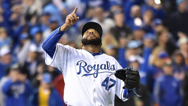 Johnny Cueto celebrates after tossing a complete game against the Mets.