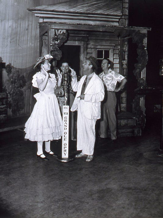 636403153053328171-Minnie-Pearl-and-Rod-Brasfield-perform-their-27double-comedy-27-low-res.jpg