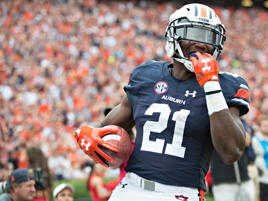 Auburn running back Kerryon Johnson (21) scores a touchdown