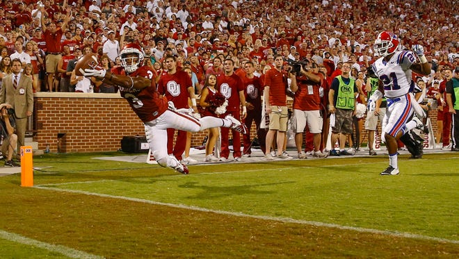 Oklahoma Sooners wide receiver Sterling Shepard tries to make a catch but was ruled out of bounds.