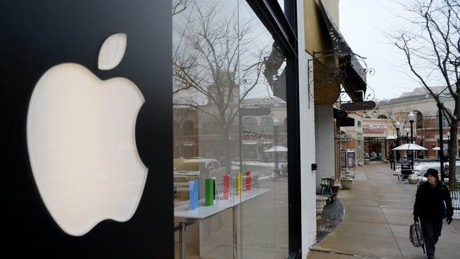 04588872.jpg epa04588872 A pedestrian walks in front of the Apple Store in Arlington, Virginia, USA, 27 January 2015. Apple's fiscal 2015 first quarter earnings report, due to be released on 27 January, is expected to reflect the sales of the new iPhone 6 and iPhone 6 plus. EPA/SHAWN THEW