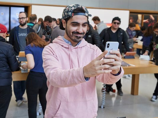 iphone_x_launch_unionsquare_sanfrancisco_man_taking_selfie_20171102_large.jpg
