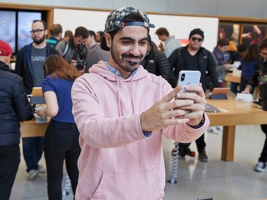 iphone_x_launch_unionsquare_sanfrancisco_man_taking_selfie_20171102_large.jpg