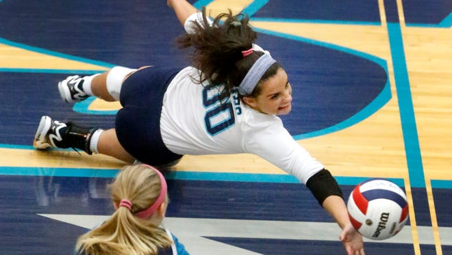Siegel's Julia Poarch (00) dives for a ball during the Region 4-AAA tournament against Blackman on Tuesday, Oct. 10, 2017.