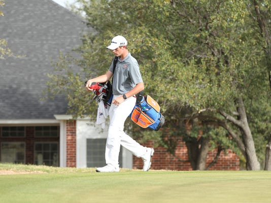 636562442029947652-Jansen-Smith-carrying-clubs.JPG