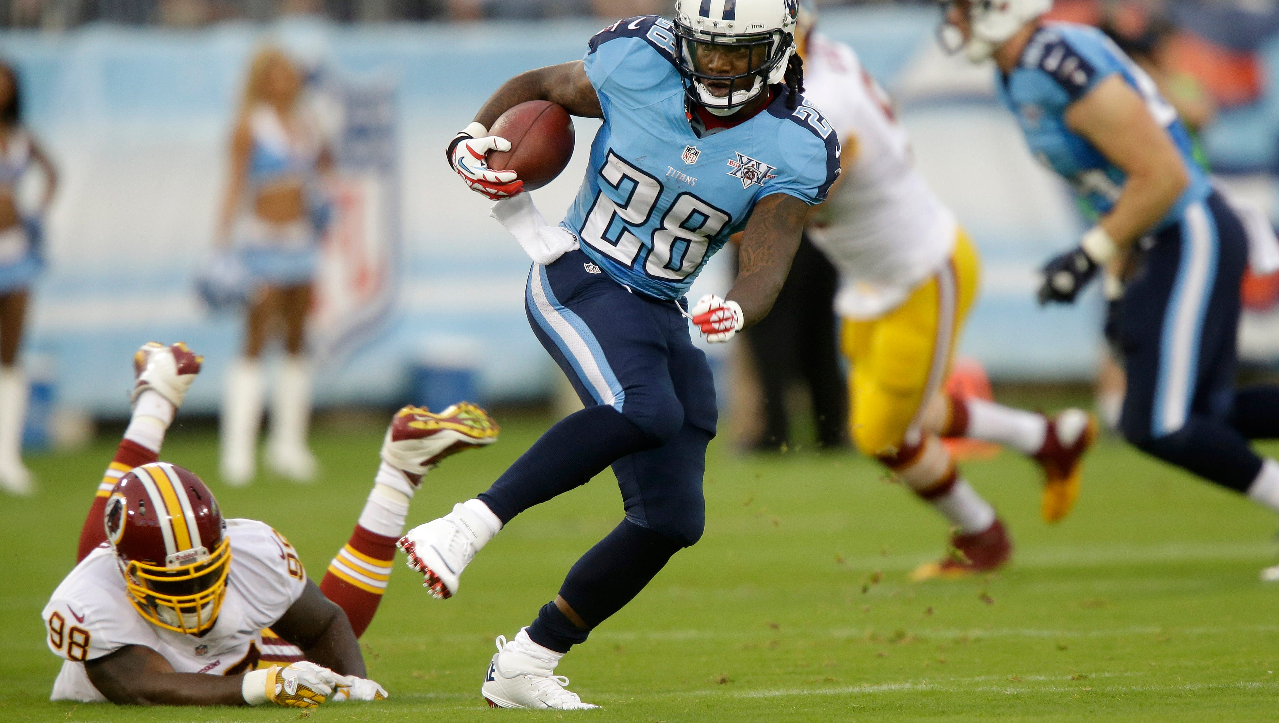 Tennessee Titans running back Chris Johnson (28) gets past Washington Redskins linebacker Brian Orakpo (98) while running 58 yards for a touchdown in the first quarter.