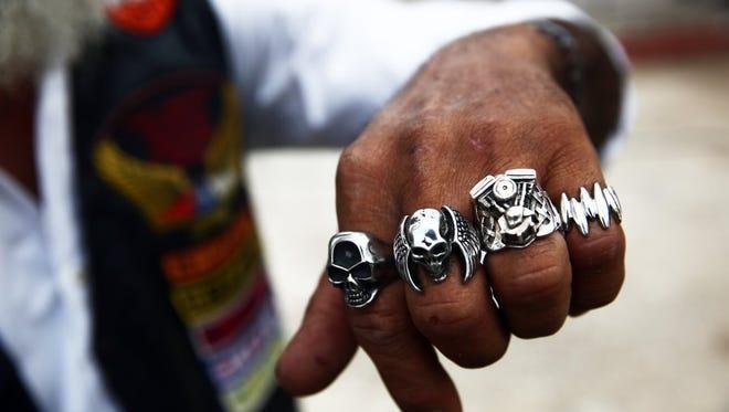 José Salgado de la Habana, Cuba, un harlista, o motociclista Harley-Davidson, muestra su colección de rings de motocicletas durante la reunión del capítulo de la Asociación Latinoamericana de Motociclistas en la Habana, Cuba el sábado, marzo 26, 2016. Algunos harlistas cubanos son miembros de la asociación en Cuba.