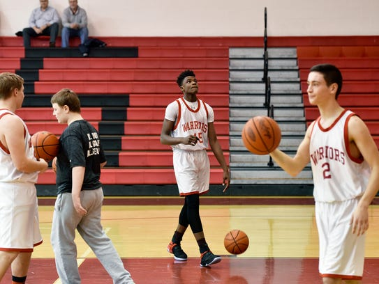 Jarace Walker, center, warms up with his ninth-grade