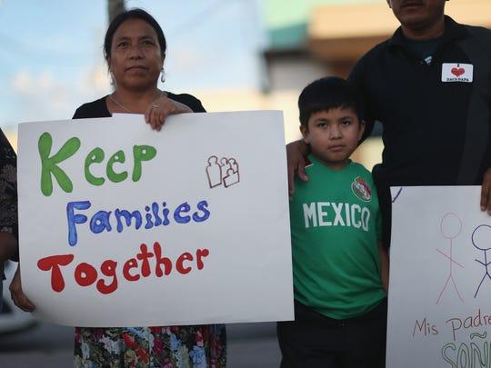Inmigrantes protestan en contra de las deportaciones.