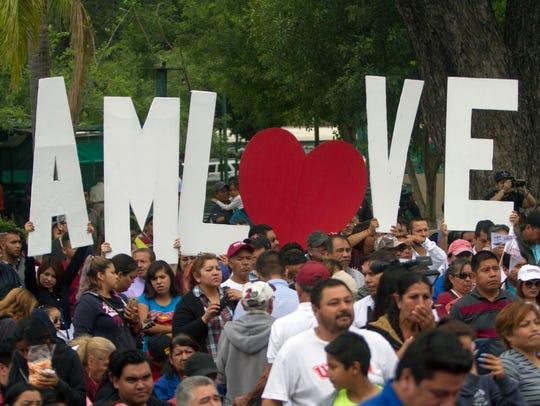 Simpatizantes de Andrés Manuel López Obrador muestran