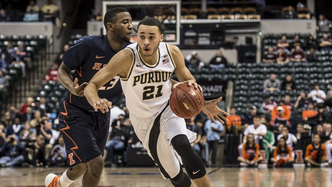 Kendall Stephens (21) dribbles past Illinois' Aaron Jordan in the second half Friday at Bankers Life Fieldhouse.