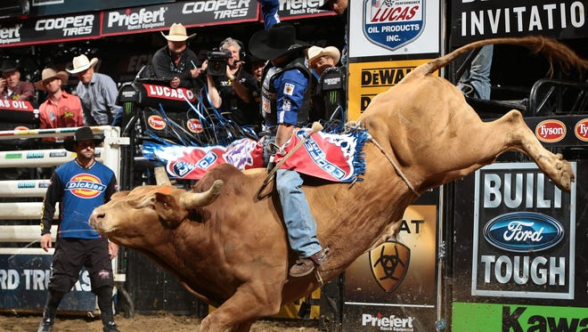 Renato Nunes wins the Des Moines Invitational with an 88.75-point ride on Cowtown Slinger on Sunday afternoon at Wells Fargo Arena.