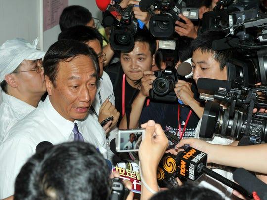 Terry Gou (L), chairman of Foxconn's Taiwanese parent