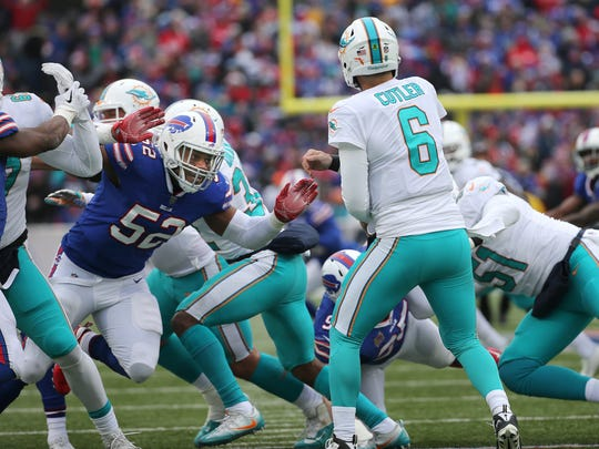 Bills linebacker Preston Brown breaks through blockers