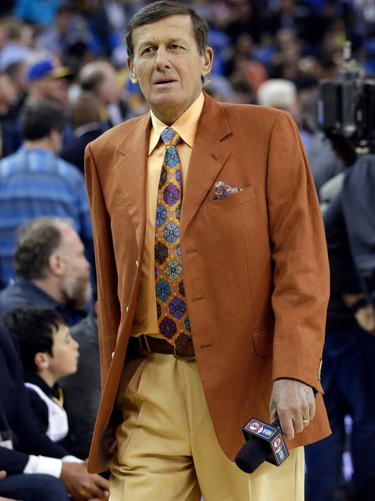 Broadcaster Craig Sager walks on the court before an NBA basketball game between the Golden State Warriors and the Washington Wizards Tuesday, March 29, 2016, in Oakland, Calif. (AP Photo/Marcio Jose Sanchez)