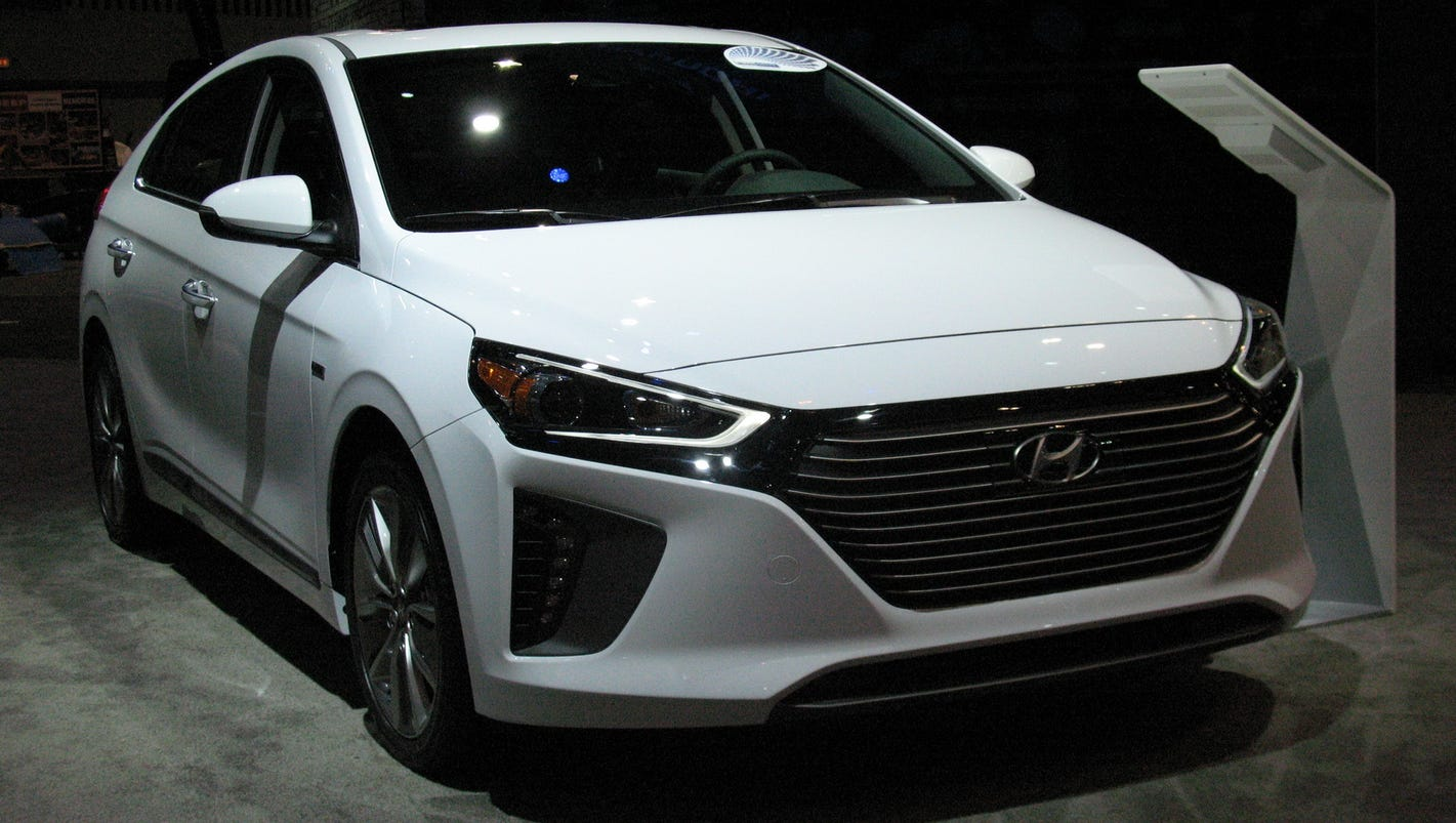 2017 hyundai ioniq hybrid goes green. Black Bedroom Furniture Sets. Home Design Ideas