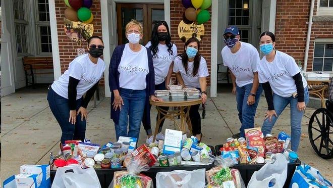 Voluntários da campanha solidária de angariação de alimentos promovida por Whaler´s Cove Assisted Living.