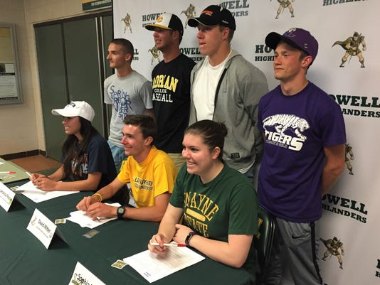 636305485242558498-Howell-signings.JPG