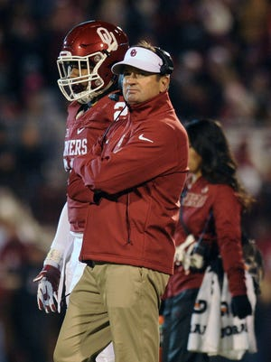 Oklahoma coach Bob Stoops watches his team against TCU in 2015.