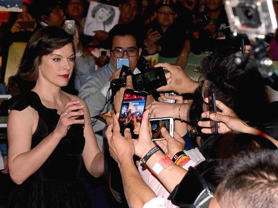 La actriz ucraniana no dejó de complacer a los fans.