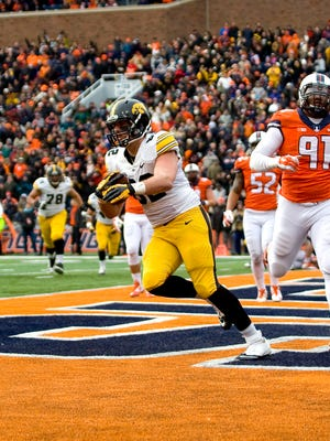 Iowa Hawkeyes tight end Ray Hamilton (82) catches a touchdown pass in the second quarter of the game against the Illinois Fighting Illini at Memorial Stadium.