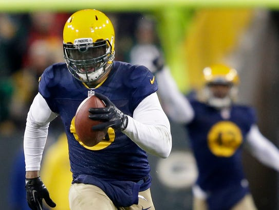 Green Bay Packers linebacker Julius Peppers runs for