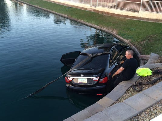 635587260543374208-Peoria-car-into-lake