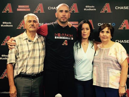 Oliver Pérez rodeado de su familia.