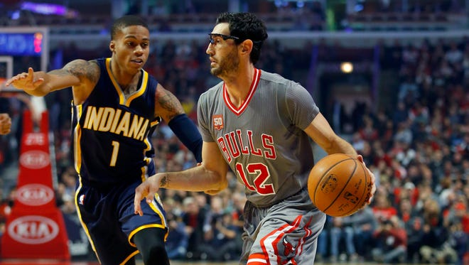 Chicago Bulls guard Kirk Hinrich dribbled past Indiana Pacers guard Joe Young on Monday night in Chicago.