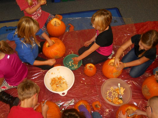 Horizon Elementary School students get ready to carve