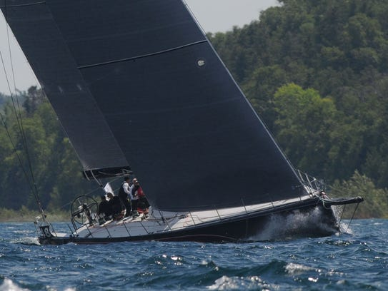 Il Mostro cuts through the waves as it nears the finish