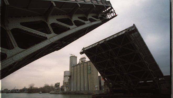 1/24/96 Ñ The Dix Street Bridge goes up over the Rouge River.