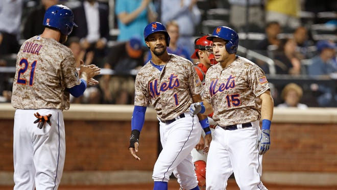 The Mets' Lucas Duda, left, applauds Travis d'Arnaud, right, after he and Chris Young scored on d'Arnaud's fifth-inning, three-run homer on Monday.