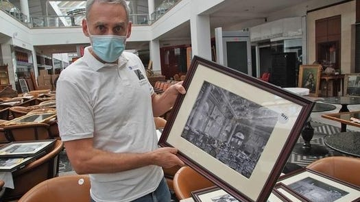 Art consultant Cliff Shorer holds a picture of the Waldorf Astoria hotel in New York City on Wednesday, Oct. 14.